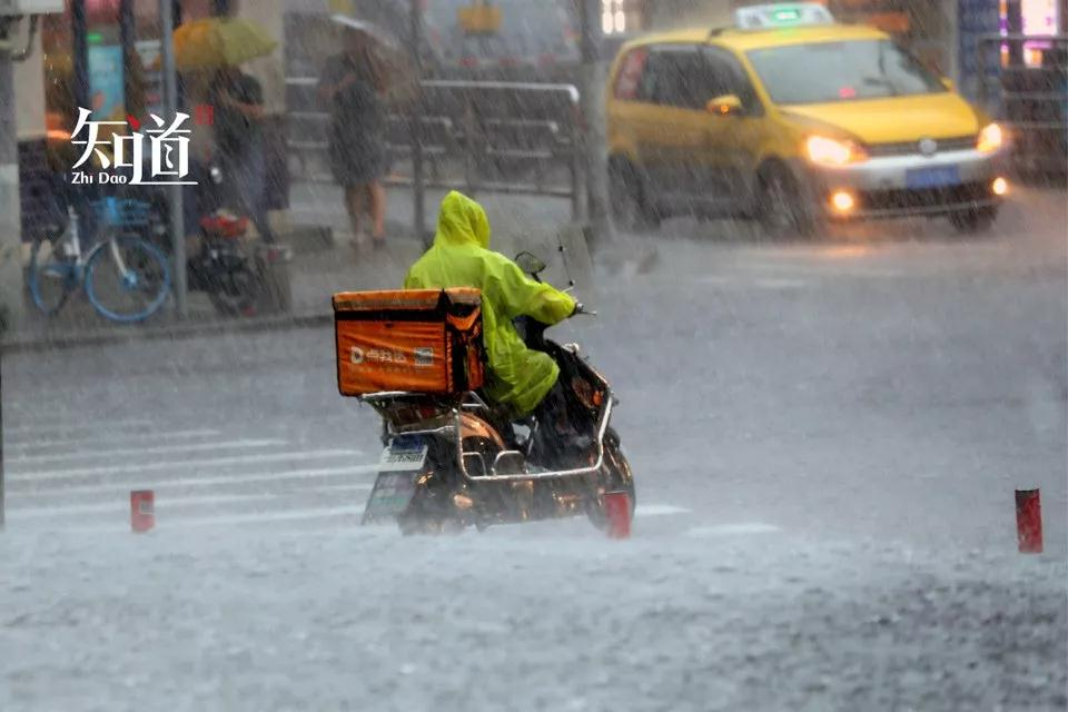 恶劣天气却是外卖高峰,外卖小哥该不该顶着狂风送外卖?
