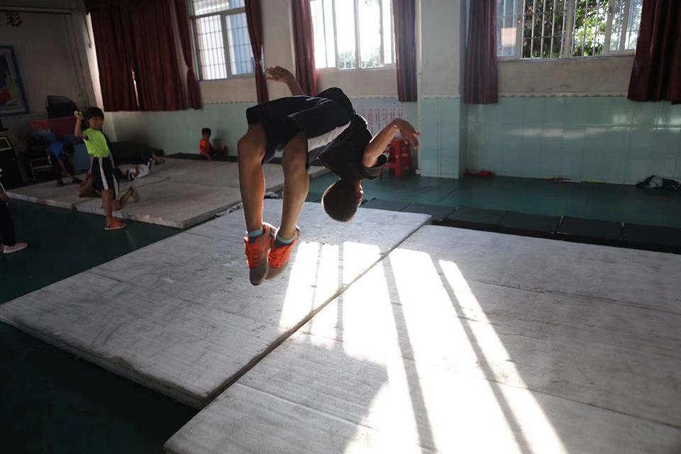 一所乡镇小学出了27位世界冠军:被一根跳绳改变的命运