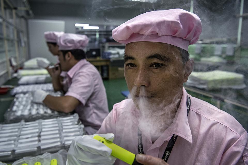 """中国""""雾谷""""过冬:电子烟至暗时刻,年关前的产业和工人"""