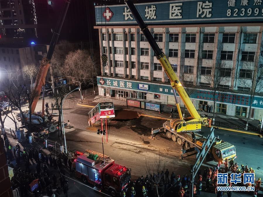 6人遇难,青海西宁路面塌陷,老城区曾多次因渗水塌陷