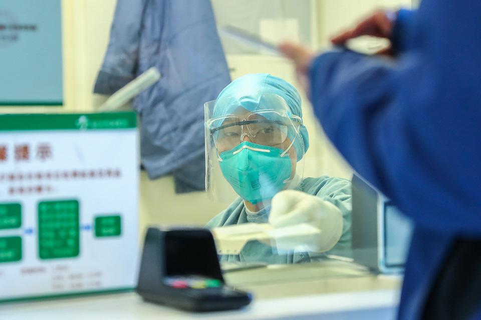 "防止(zhi)交叉(cha)感染,常(chang)規診(zhen)療暫停 ——那些為新冠肺炎""讓路""的患者"