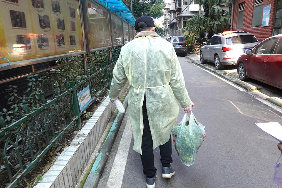 """老幼所依:武汉""""封城""""后,他们照顾孤独的老人和孩子"""