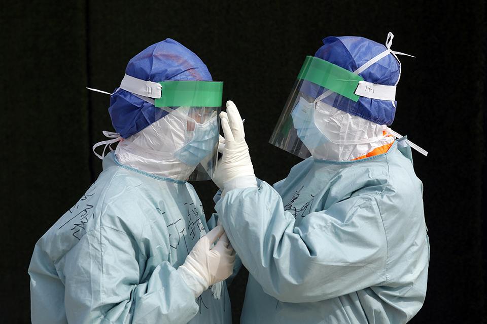 重癥武漢,重新呼吸:三萬醫務人員空投,如何搶救一座大城