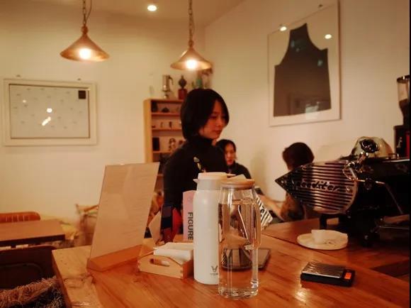 我总去咖啡馆,不工作,甚至不喝咖啡,只为喘口气