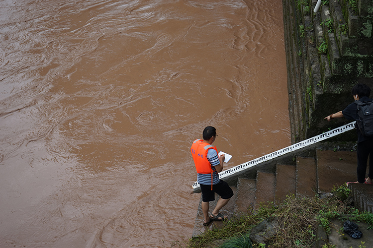 山城首个洪水红警如何拉响:重庆激战五道洪峰