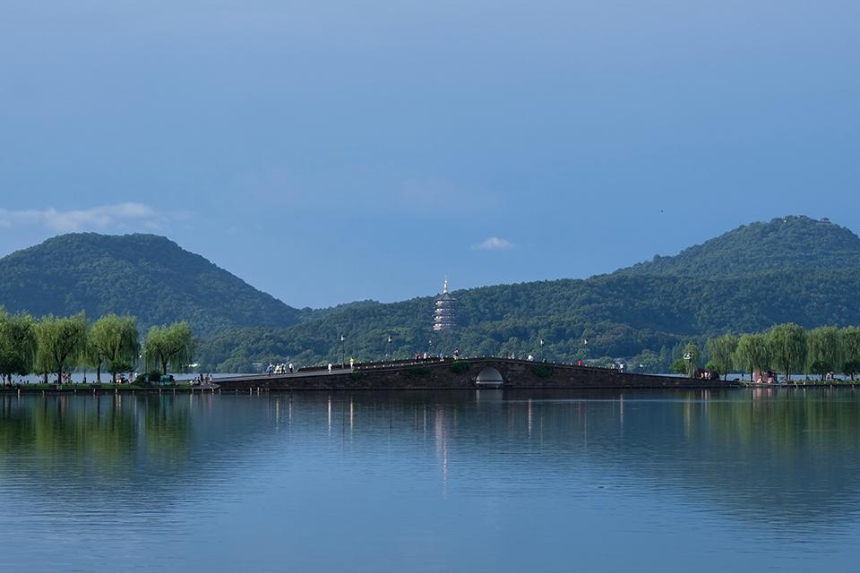 杭州西湖自来水被污染,需仔细调查并公布以让民众能放心喝水
