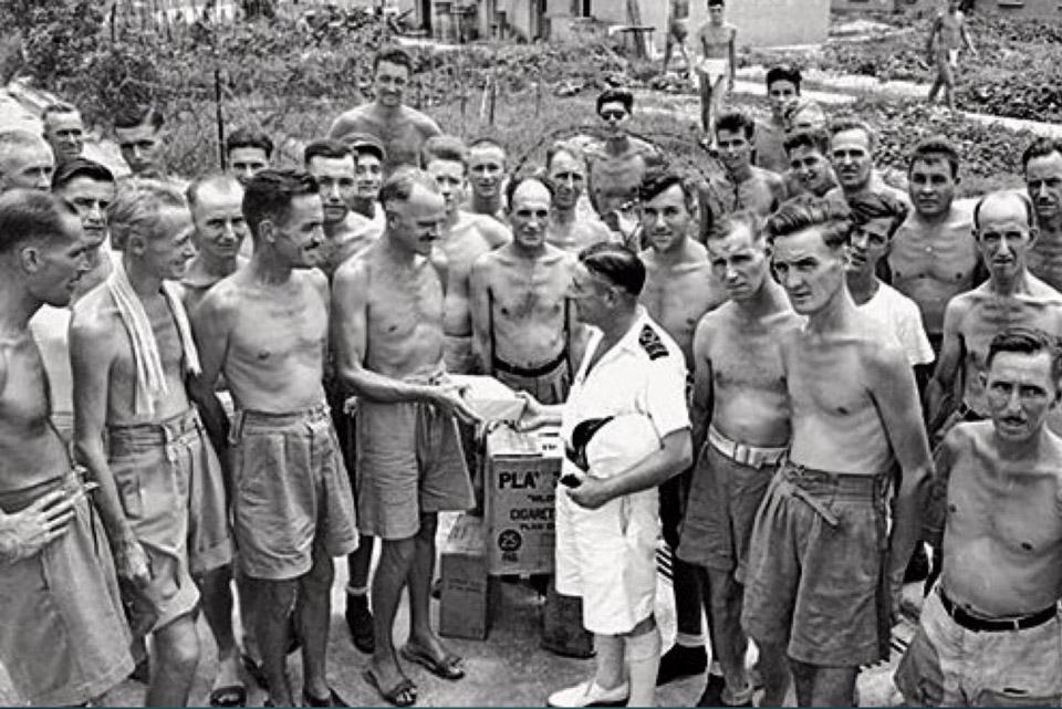"""""""他離開了戰俘營,卻生活在更大的戰俘營中"""" ——香港國際戰俘營的故事"""