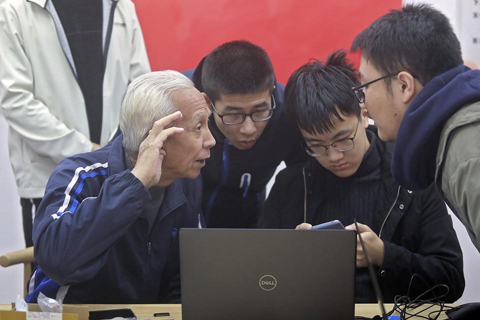 一部智能手機,兩代人的鴻溝:那些教老人學習手機的人