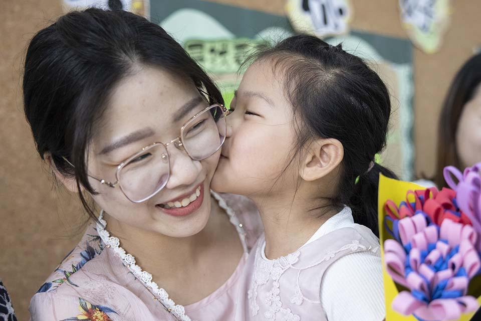 """""""母亲节的母亲"""":和白色康乃馨一般纯洁,却和世界格格不入"""
