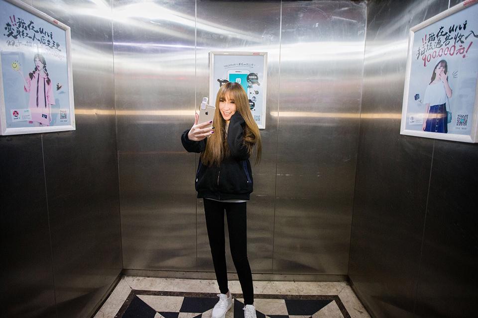 電梯廣告暗戰