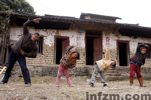 在广西融水苗族自治县泗柳屯教学点,全校师生在做课间操。