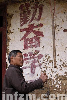 在广西融水苗族自治县泗柳屯教学点,许振光老师打响上课钟。