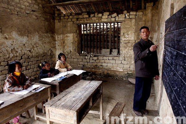 在广西融水苗族自治县泗柳屯教学点,许振光老师在复式班里上课。
