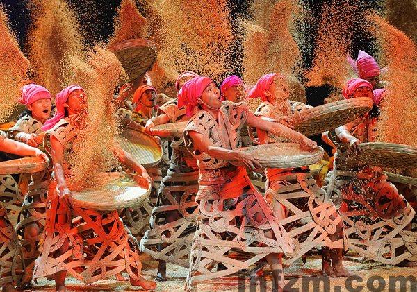 5月7日晚,演员在表演乐舞《云南的响声》。
