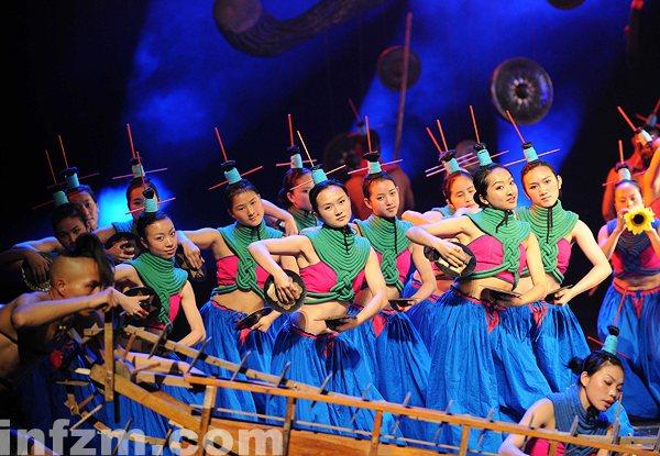 演员在表演乐舞《云南的响声》。