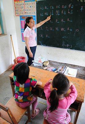 二年级学生唐亿斯(左)和同学唐蕾在听课。
