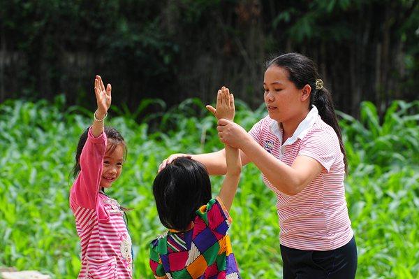 韦凤妹老师在指导学生做课间操。