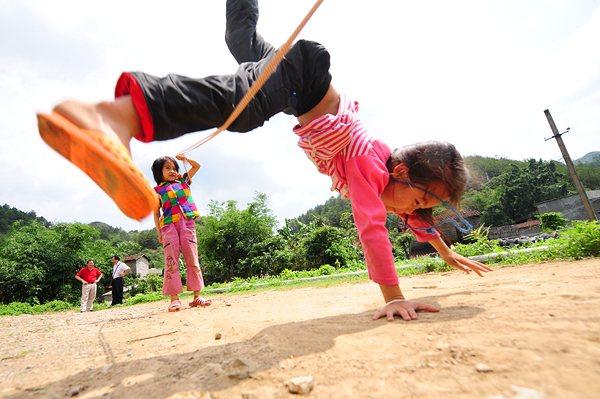 二年级学生唐蕾(前)和同学唐亿斯在课间跳绳。