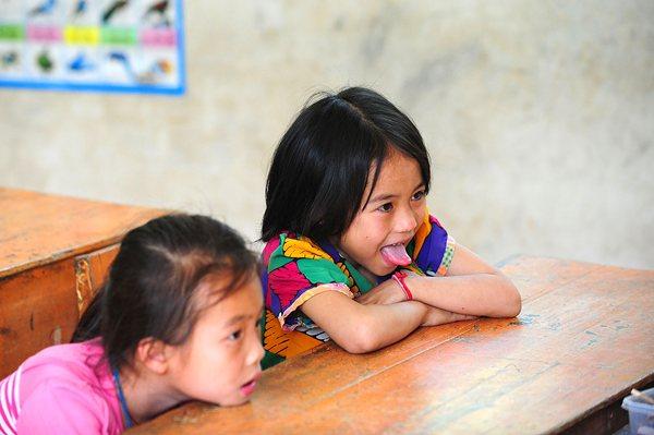 二年级学生唐亿斯(右)和同学唐蕾在课堂上。