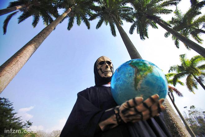 """里约+20峰会""""期间,一名男子扮成死神的样子,抗议人类对地球生态"""