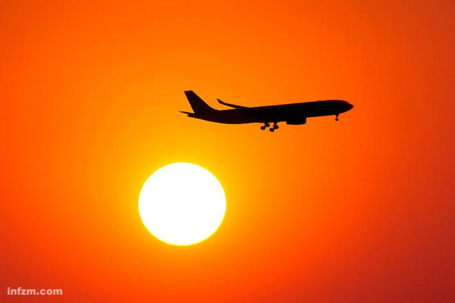 怎样才能完美记录黄昏时飞机翱翔云霄时的画面?在这里分享一些小技巧,算是抛砖引玉。 机场周边自然是拍摄飞机的首选之地。不过,因为这里的飞机时速都在200km/h左右,相机的快门速度要保持在1/500s以上才有可能保障画面的质量。  起飞中的海航A332。飞机起飞时,仰角很高,或许能够拍到与众不同的效果。  起飞中的南航777。假如拍摄当天空气通透,一道金光照射在机身上,而后方恰是蔚蓝的天空,一幅冷暖色调结合,构图和谐的美好画面不就出来了? 事实上,美好的场景好看不好拍,关键往往是在天空。丰富多彩、变幻莫测的