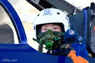 题图_空军女飞行员驾驶歼-10战机首次单飞1