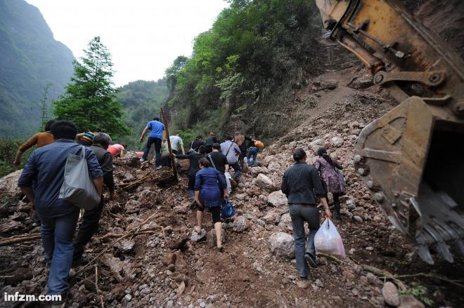 四川雅安7.0级地震遇难人数升至186人图片 127075 660x439