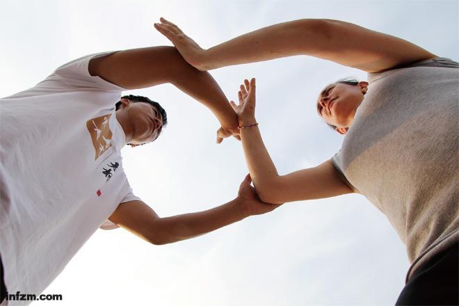 英国人沙诺在陈家沟练习推手。推手比较接近实战。太极拳从起势到金刚捣碓,有48种用法,把这些用法练出来,怎么接招,怎么发招,现在的学生大多没练到这层面。 (东方IC/图)