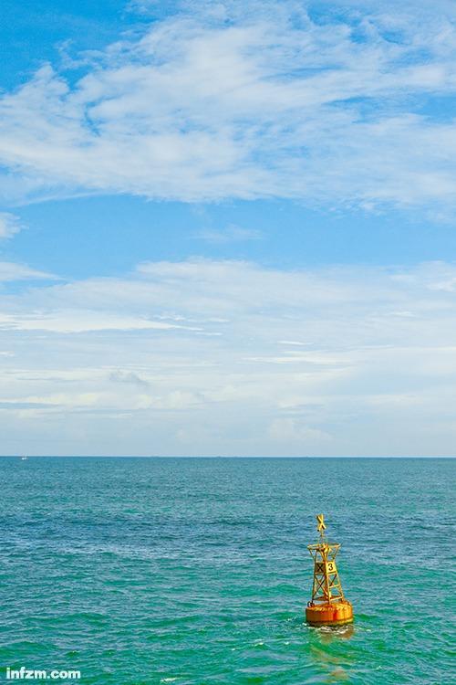如同灯塔守候着海上的渔船