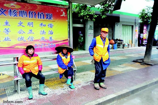 """106名已过退休年龄的环卫工人每天起早贪黑打扫卫生,却没有""""保障""""(南方周末记者 陈垚/图)"""