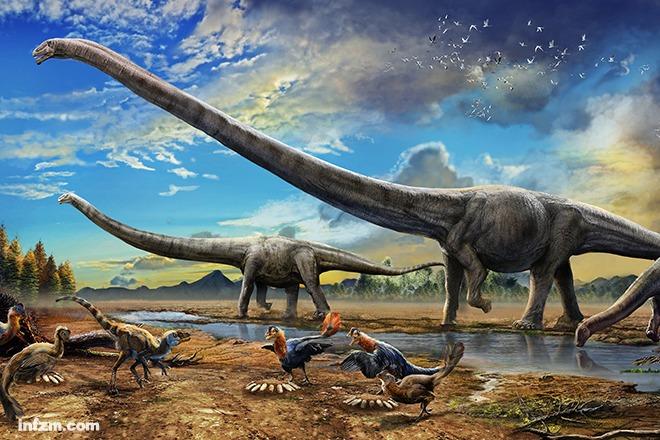 """在赵闯的笔下,恐龙等古生物化石这一摊摊""""莫名其妙的烂骨头"""",从岩石的平面里被梳理出来,搭成骨架,附上肉和皮毛,配上那个年代的植物和山水,还原成数千万前的真实场景。 这些色彩浓烈的画如同长焦镜头拍出的照片:霸王龙瞪着橙色的眼珠,牙齿间扯出唾液;中华龙鸟欢快地跳起,脚下是苏铁,头顶是蕨类植物。 """"他画的恐龙看上去就像真的一样。""""2015年2月5日,在北京自然博物馆的标本室,来自加拿大的飞利浦·库瑞教授对南方周末记者说。 自从第一幅复原作品&ldqu"""