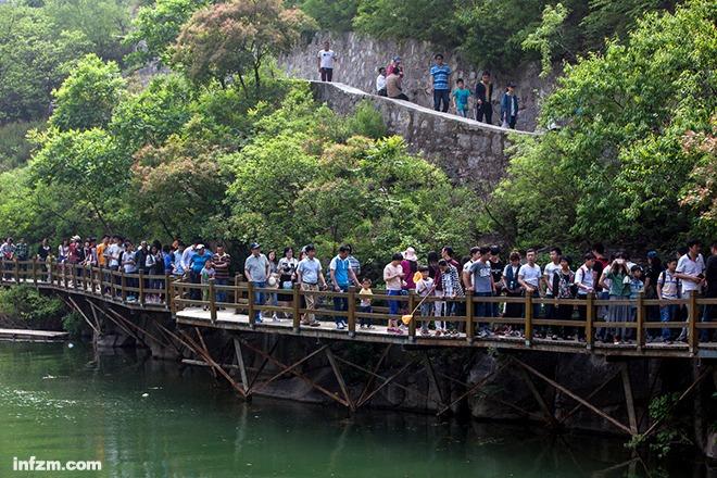 河南省博爱县国家5a级旅游区青天河风景区游客爆满