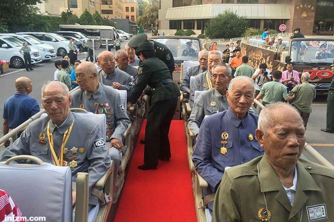 2015年9月3日早晨,抗战老兵乘车前往阅兵现场