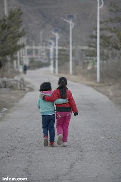 山西省吕梁岚县王狮乡敦厚村中心学校,走在放学回家路上的亲姐妹俩图片