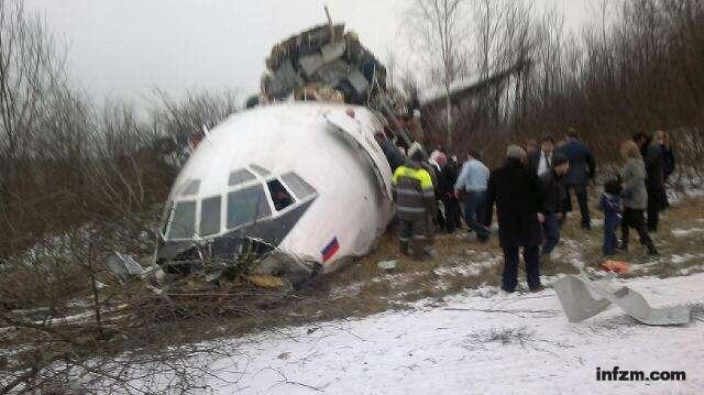 """这是2010年12月4日拍摄的一架""""图-154""""客机在俄罗斯莫斯科多莫杰多沃机场紧急迫降的资料照片。(新华社/图) 据今日俄罗斯通讯社25日报道,初步数据分析显示,当天清晨从索契起飞后从雷达上消失的俄国防部所属图-154飞机因技术故障或飞行员操作失误失事。 【早前报道】 12月25日,俄罗斯紧急情况部25日说,俄国防部所属的一架图-154飞机当天清晨从俄南部城市索契起飞约20分钟后从雷达上消失。 塔斯社援引俄紧急情况部消息报道说,俄军方著名的红旗歌舞团成员搭乘该飞机。飞机原计划由"""