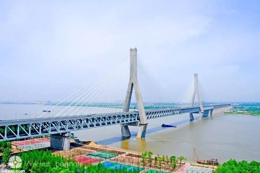 京广高铁经过武汉天兴洲长江大桥跨越长江。这座大桥的特别之处是一座双塔公铁两用斜拉桥。(罗春晓/图) 过了武汉,京广高铁的旅程已经走了一半。京广高铁武汉向南的路段,便是当年被各界热议的武广高铁了。 这条2009年便建成通车的高速铁路,曾是我国最早一条在复杂山区地段修建的高速铁路,和京沪高铁一样成为里程碑式的工程。从武汉向南,高铁经咸宁,过赤壁,临岳阳,跨汨罗,直至湖南长沙。 这段旅程,与其说是风景之旅,倒不如说是人文大道。古赤壁、岳阳楼、汨罗江畔的屈原…… 一一在心头掠过。