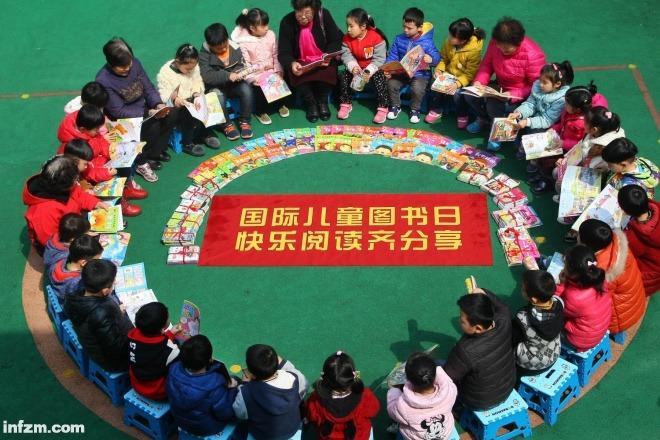 B19.2017年3月31日,江苏省南通市,颐和社区的志愿者与地步湾幼儿园的孩子们一起阅读。东方IC图