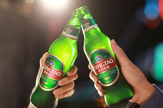 """海外销量同比增长12%。其中,西欧市场增长8%,拉美市场增长14%,亚太市场更是爆发式地增长了45%。 这是青岛啤酒2016年海外市场的成绩单——在全球啤酒市场持续萎缩的大背景下,它足够亮眼。但是销量的逆势劲增,并不足以描述这家企业""""国际化""""的野心和实力。青啤到国际市场不仅是为了卖酒,而是将青岛啤酒打造成为全球知名的中国啤酒品牌。 正是这种鲜明的品牌导向,让青啤的""""国际化""""拥有了与绝大多数企业迥异的推进逻辑和行进路径。更让青啤在深耕&"""