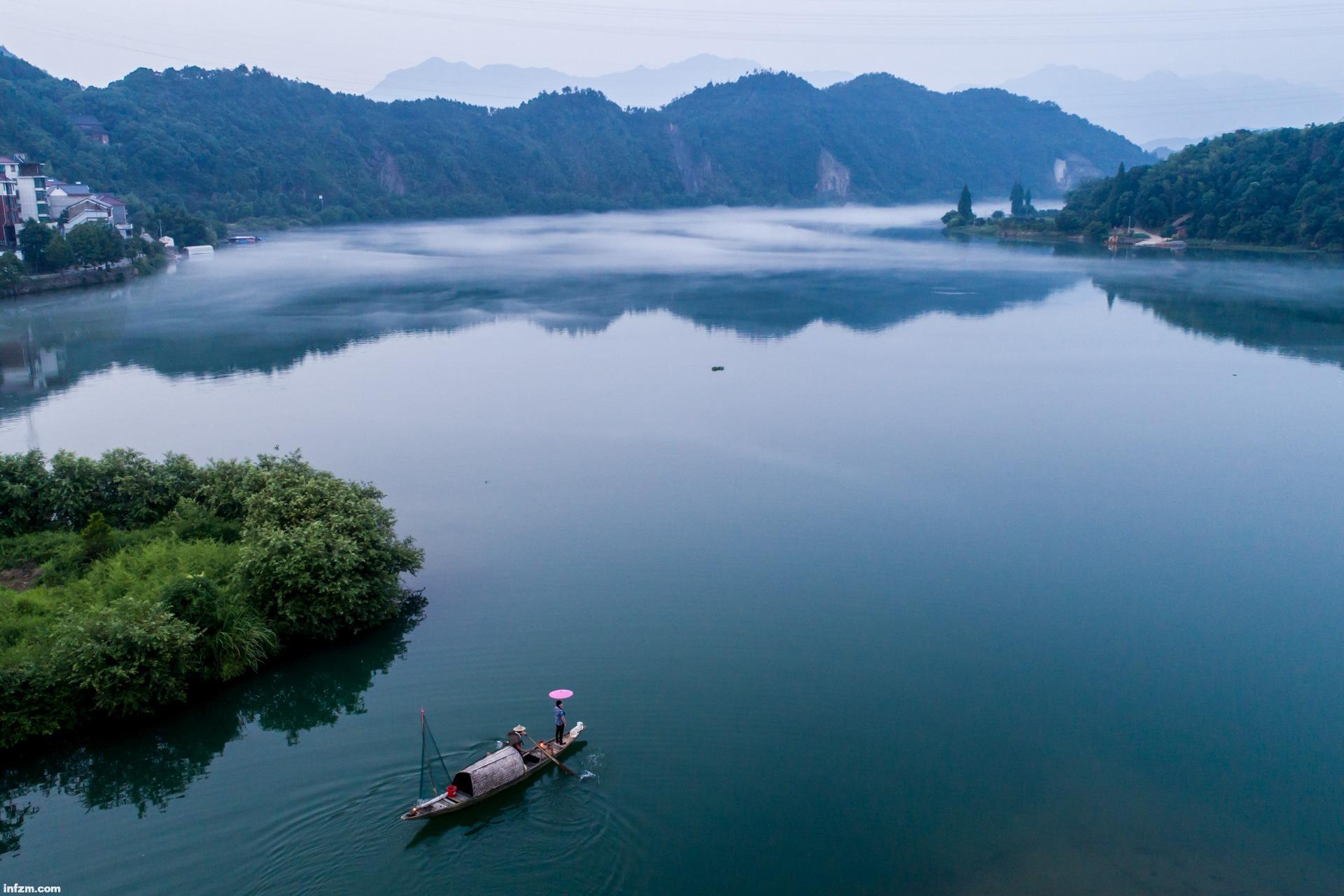 浙江建德市下涯镇的新安江江面升起白雾,呈现出美丽的风景.
