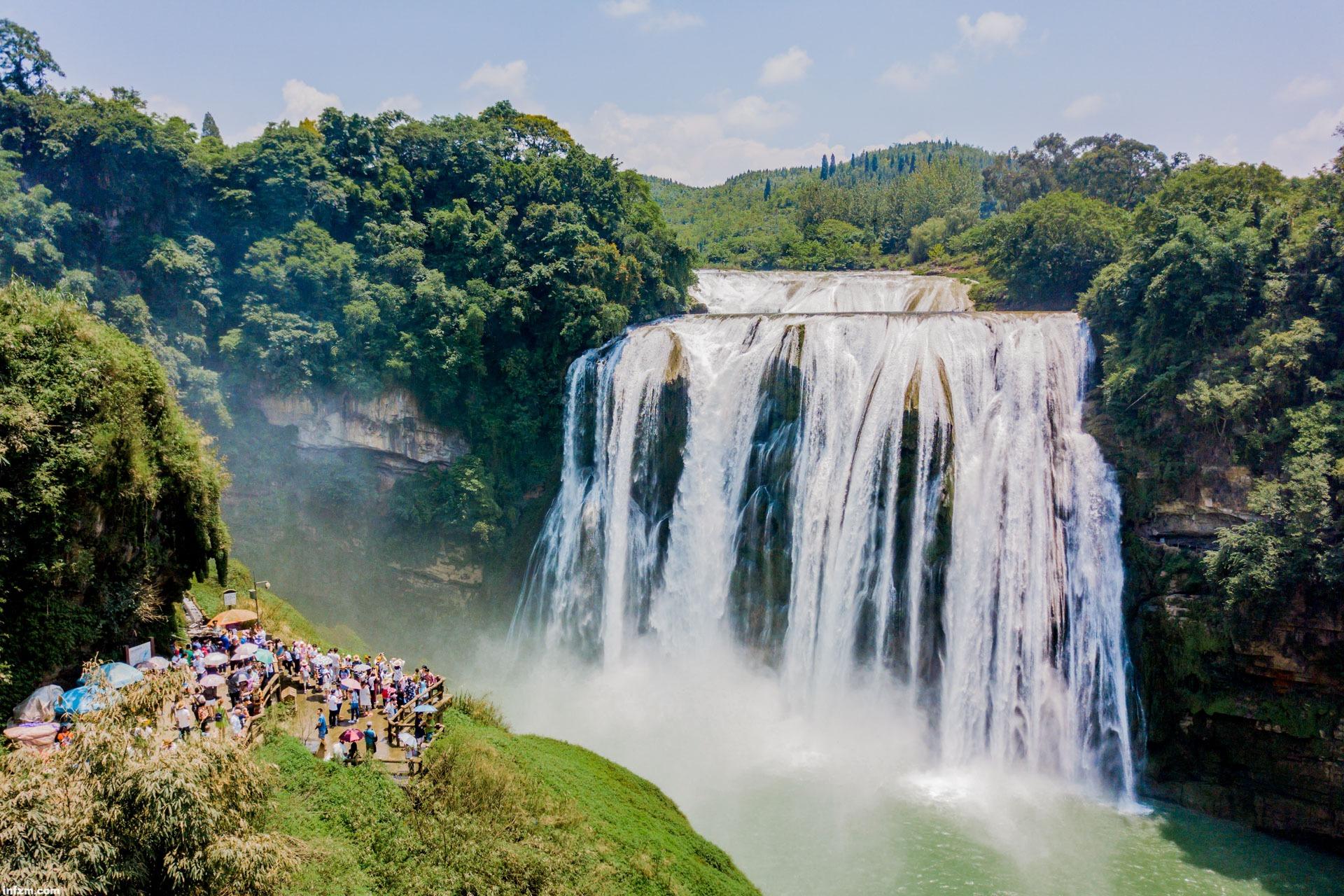 2017年8月1日,游人在贵州省安顺市黄果树瀑布景区观瀑台排队等待进入