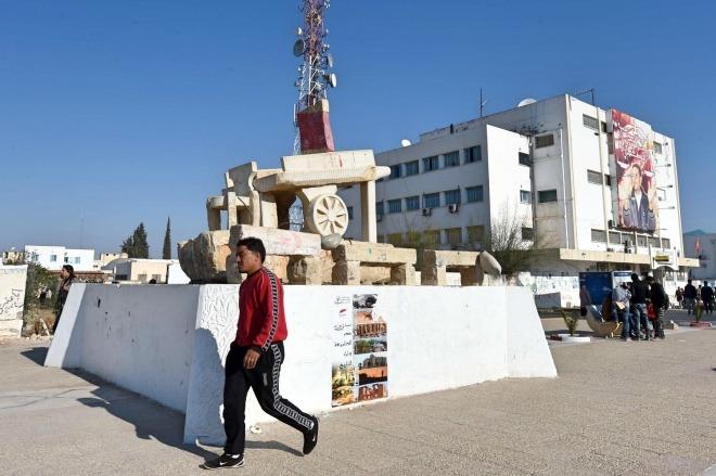 《突尼斯:始于激情,收于审慎》在突尼斯Sidi Bouzid市,最繁华的大街上竖立着一座简陋的雕塑,雕塑的主角是一辆小贩的手拉车,手拉车上涂着突尼斯国旗。这里,就是六年多以前阿拉伯革命的原爆点。视觉中国