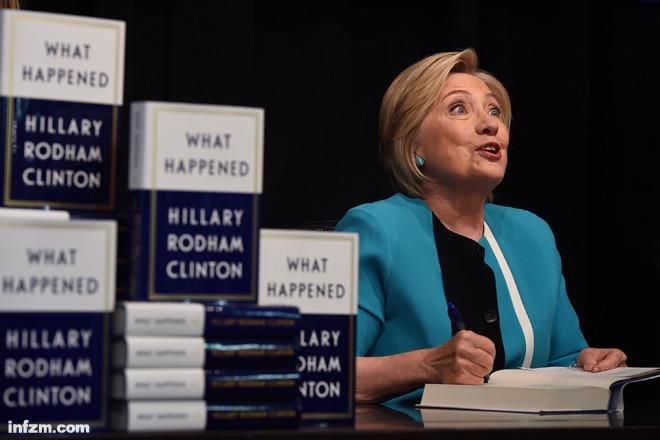 """除了特朗普之外,希拉里认为对她的成功进行了根本性破坏的还有两个人:美国联邦调查局局长科米和俄罗斯总统普京。 希拉里花了相当大的篇幅来说明她为什么用私人电邮来处理公务,因为那给她带来了方便。她承认,这是一个""""错误"""",因为那些""""倒霉的电邮""""成了竞选中对手攻击她的主要把柄。希拉里说,电邮事件获得的关注远远超过了任何其它议题,显示媒体对她非常不公平,她还很难辩解。""""就跟陷入了流沙一样,你越挣扎,陷得就越深。"""" 2016年6月,联邦调查局局长科"""
