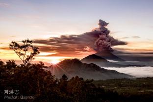 01 这个地方曾是多对明星的婚礼举办地,如今火山喷发游客纷纷逃离