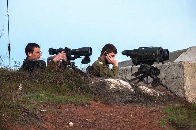 2月10日,戈兰高地,以色列士兵观察着叙利亚境内的情况。(新华社发)