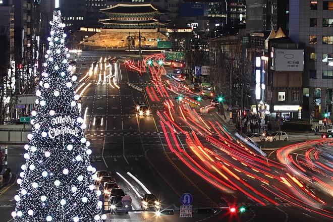 """《关键字,行李》七天的旅行,充分体验韩国人勤奋、踏实、""""迅速""""的精神,什么都快快快,走路快,讲话快,吃东西更快。图为韩国首尔夜景。视觉中国"""