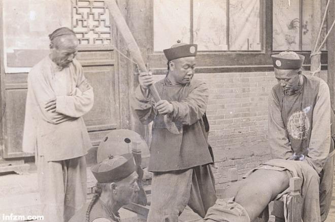 《对杖刑,我们都被古装剧骗了》图为清朝杖刑老照片。