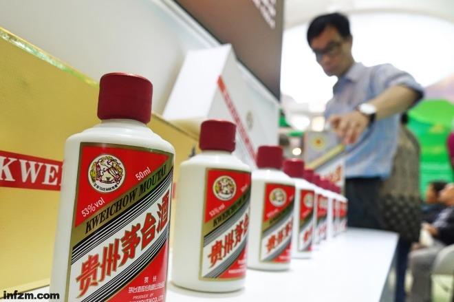 """《说说过节这门生意:寻找中国""""喜诗""""》中国的""""喜诗""""在哪里?这恐怕得到百年品牌中去找。名酒倒是座次已定,茅台早已成了龙头中的龙头,早已是超超超大号的喜诗。东方IC"""