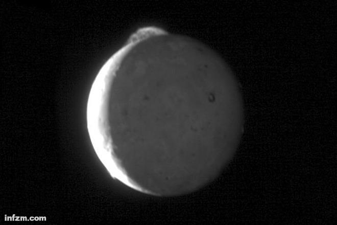 """这是""""新视野""""号探测器拍摄到的一颗木星的卫星--木卫一."""