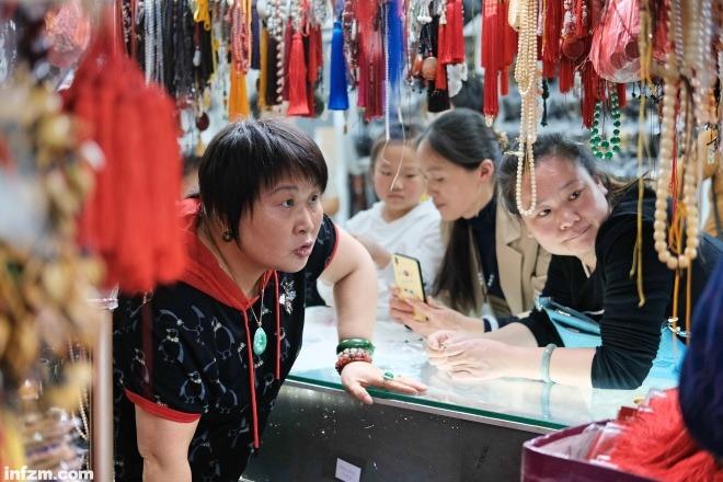 几位女士在市场里看首饰。