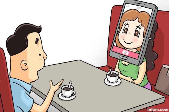 """摄像头的出现让记录生活、记录自己的状态成为日常,当然,拍照的需求也越来越高、越来越明确。(视觉中国/图) (本文首发于2018年10月18日《南方周末》) 如今已经很少有人敢在社交媒体展示真实的自我,抛弃滤镜和美颜 社交网络里是没有丑人的。 分布最多的是素颜五六分,化妆打扮后七八分甚至九分的帅哥和美女。当然,八九分的一般都能变成网红,吸引一大批""""颜粉""""。照片的姿势水平也大大提升,明显比十年前自拍只有嘟嘴卖萌,旅行只有在景点门口比剪刀手的千篇一律、滤镜美颜只值五毛的人像图要好得多。"""